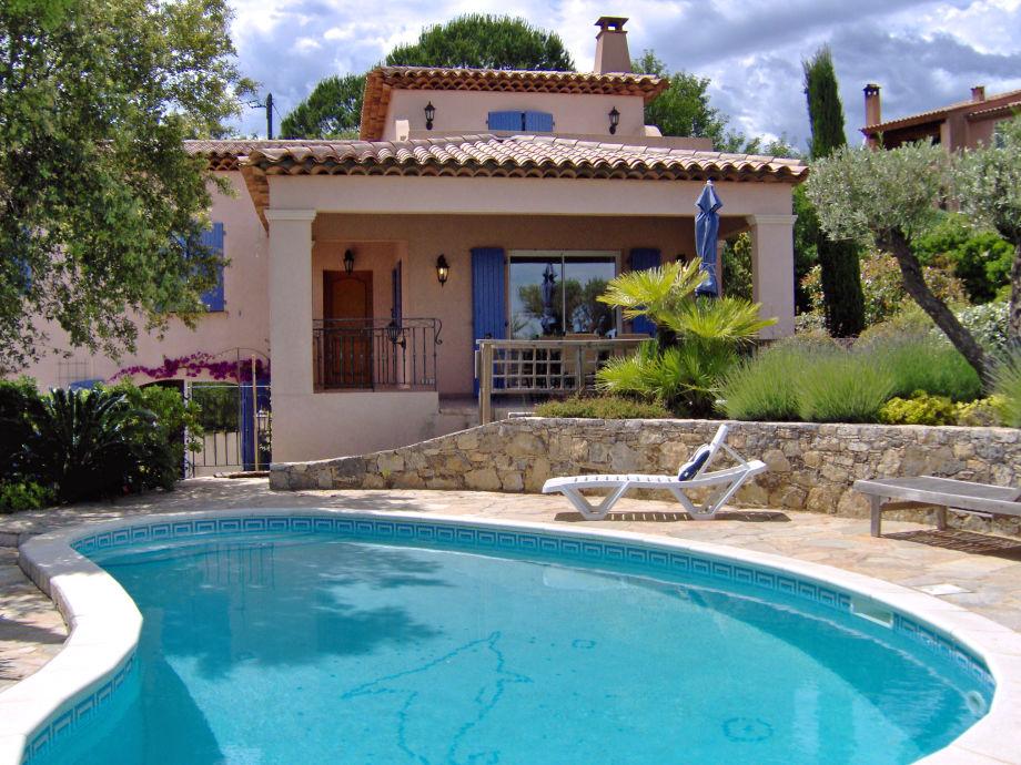 Ansicht der Villa mit Pool