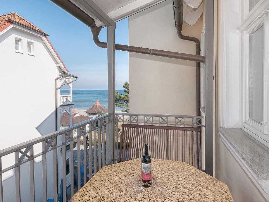 Möblierter Balkon mit seitlichem Meerblick