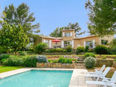 with pool and piano in the hinterland of the Côte d'Azur