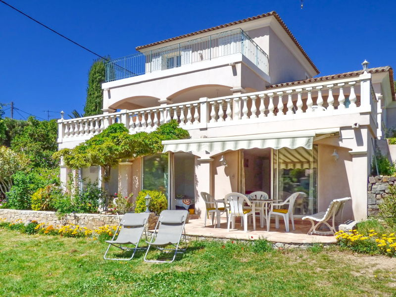 Holiday apartment with garden and near the beach