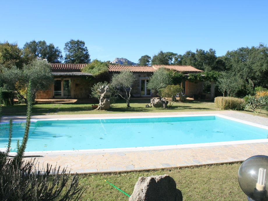 Ansicht Villa und Pool