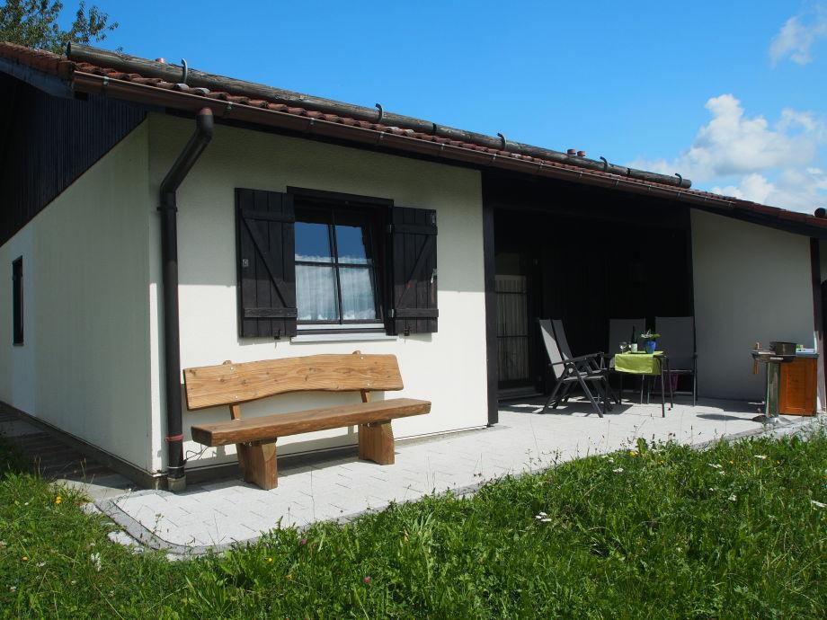 Überdachte Terrasse - Bank bietetBlick zum See & Berge