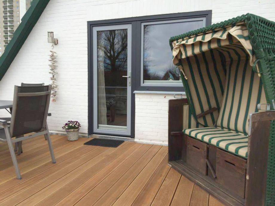 Dachterrasse mit Strandkorb und Gartenmöbeln