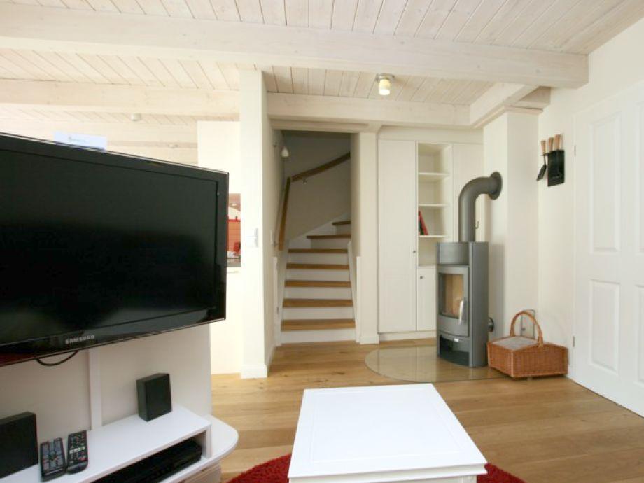 Couchbereich mit TV und Kaminofen für kuschelige Behaglichkeit