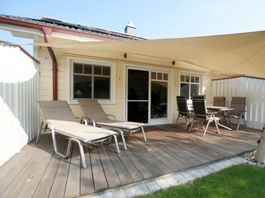 Schöne Terrasse mit Sonnensegel