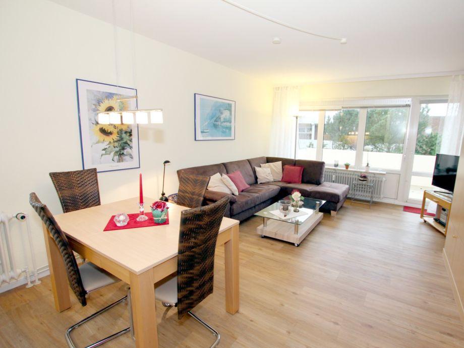 Wohnzimmer mit großen Flat-TV,Essplatz und Schrankbett