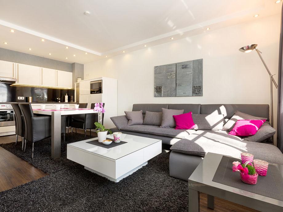 Das Wohnzimmer mit Küchenzeile und Eßplatz.