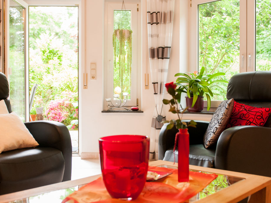 Wohnzimmer mit Durchgang zu Terrasse und Garten
