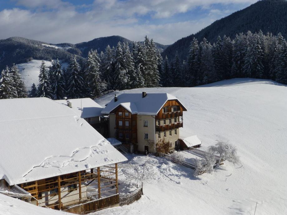 Hof in Winterpracht