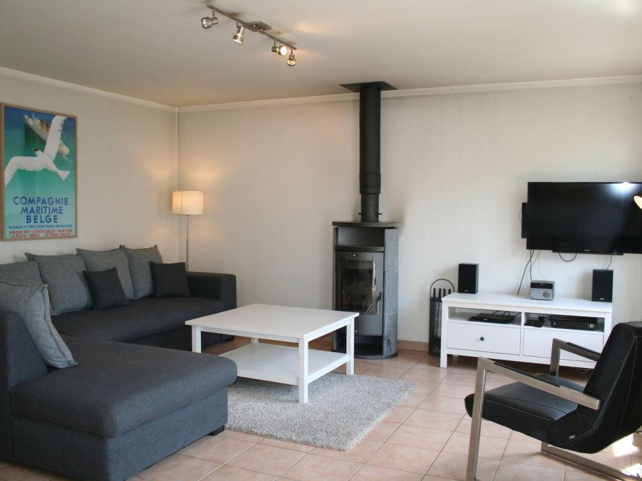 Das Wohnzimmer mit gemütlicher Sitzecke und Kamin