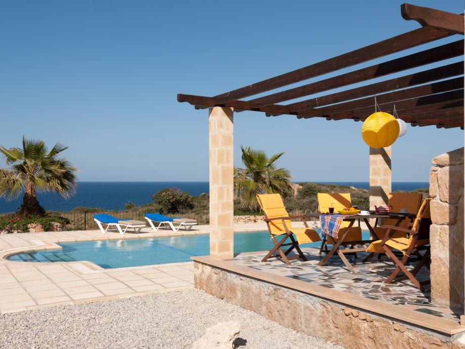 Blick auf den herrlichen Pool und die Terrasse