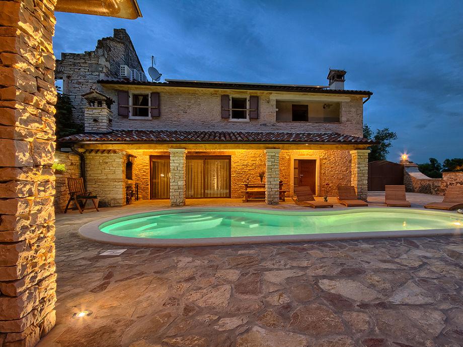 Der Blick auf den Pool und das Haus