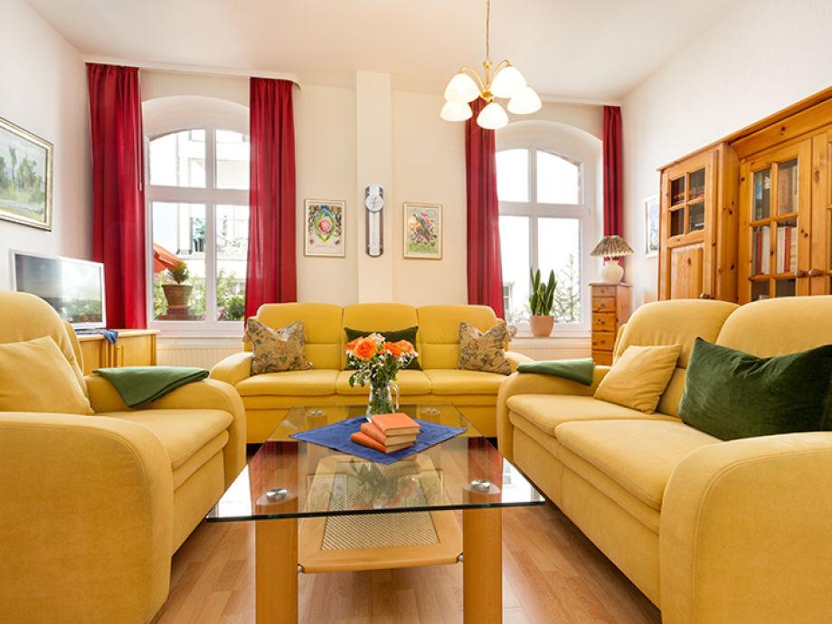 Das komfortable Wohnzimmer mit großer Bibliothek.