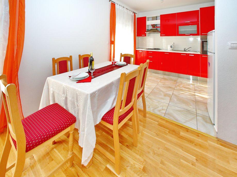 Rote Küche mit Essbereich