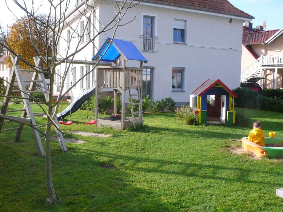 Garten mit Spielmöglichkeiten und Sitzgelegenheiten