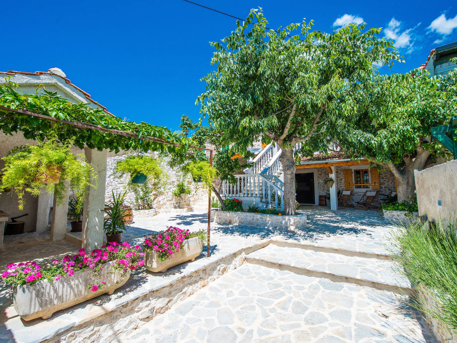 ferienhaus lupe suko an dalmatien firma lotos tours travel agency frau andrijana krstic. Black Bedroom Furniture Sets. Home Design Ideas