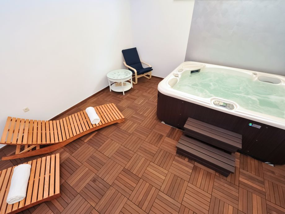Wellness room with jacuzzi