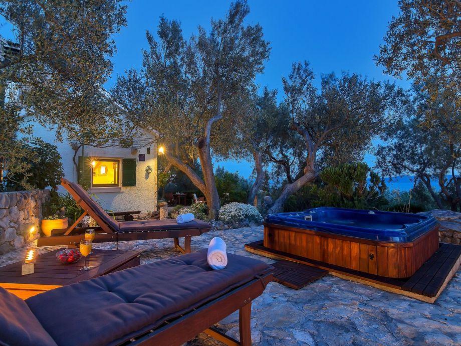 Terrasse mit Whirlpool und Meerblick