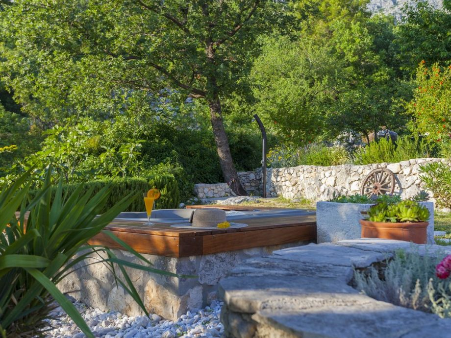 Ferienhaus mendy dalmatien split firma prominens doo for Whirlpool garten mit sanierung von balkonen