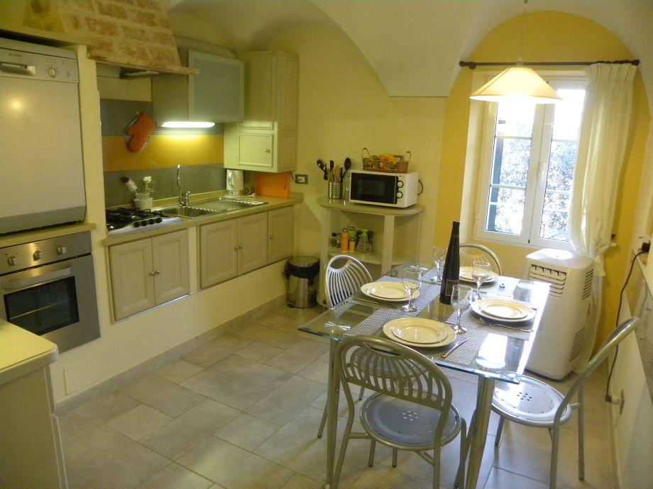 Geräumige Küche mit Essbereich