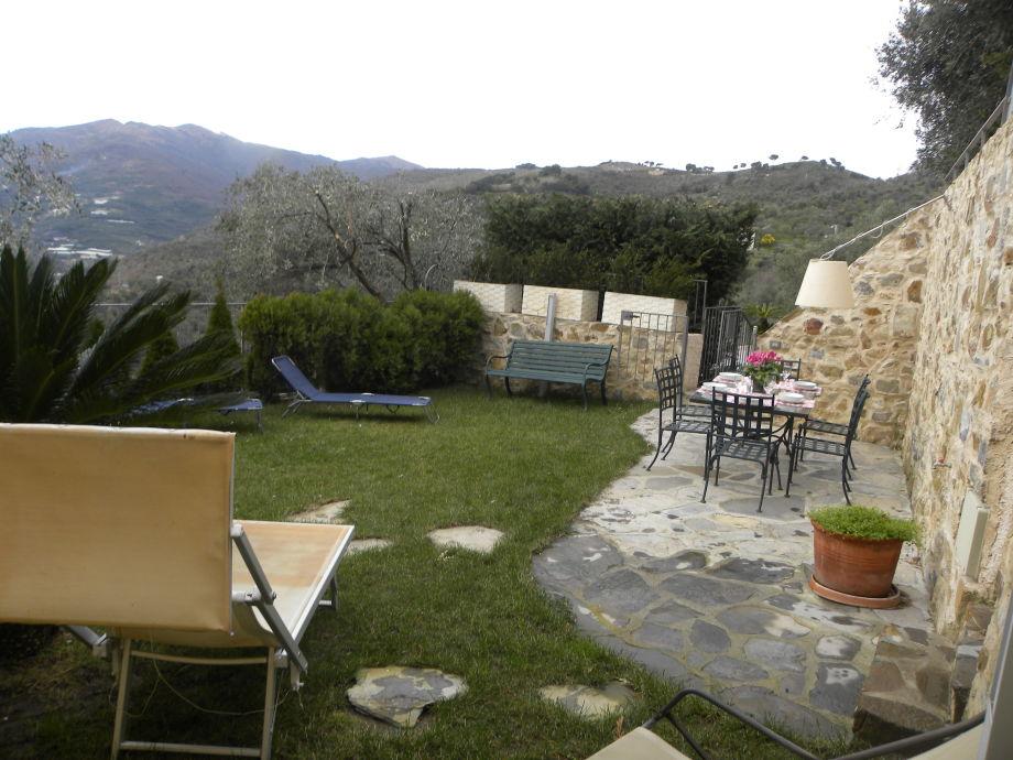 Idyllischer Garten mit Gartenmöbeln