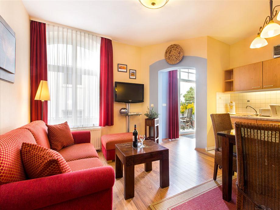 Wohnzimmer mit Blick Richtung Balkon.