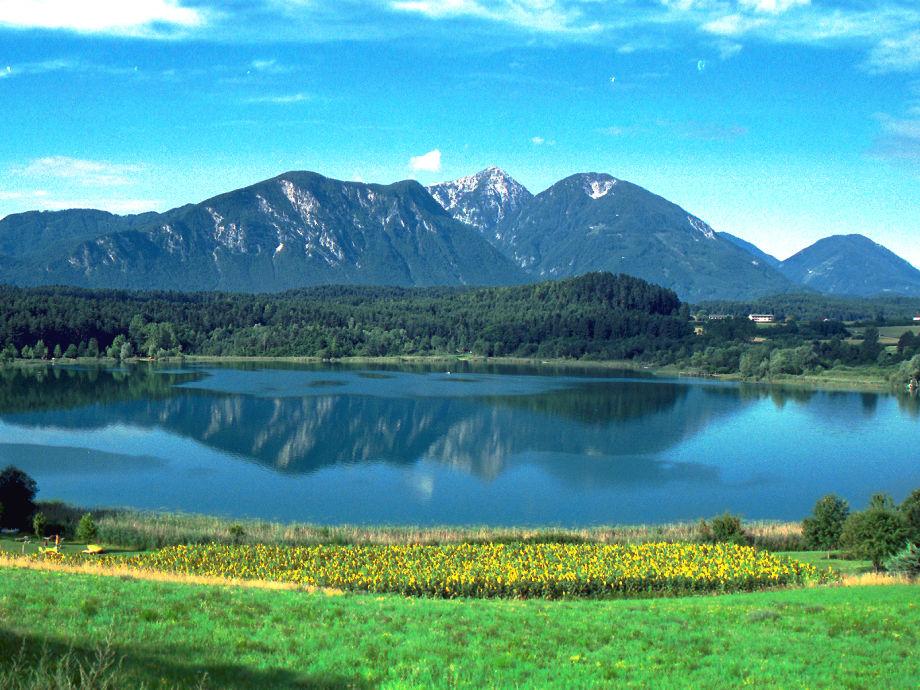 Hauslage mitte rechts im Bild zwischen See und Berg
