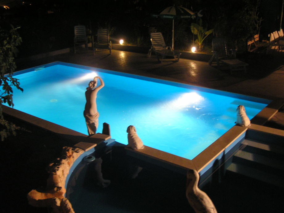 Swimming-Pool bei Nacht