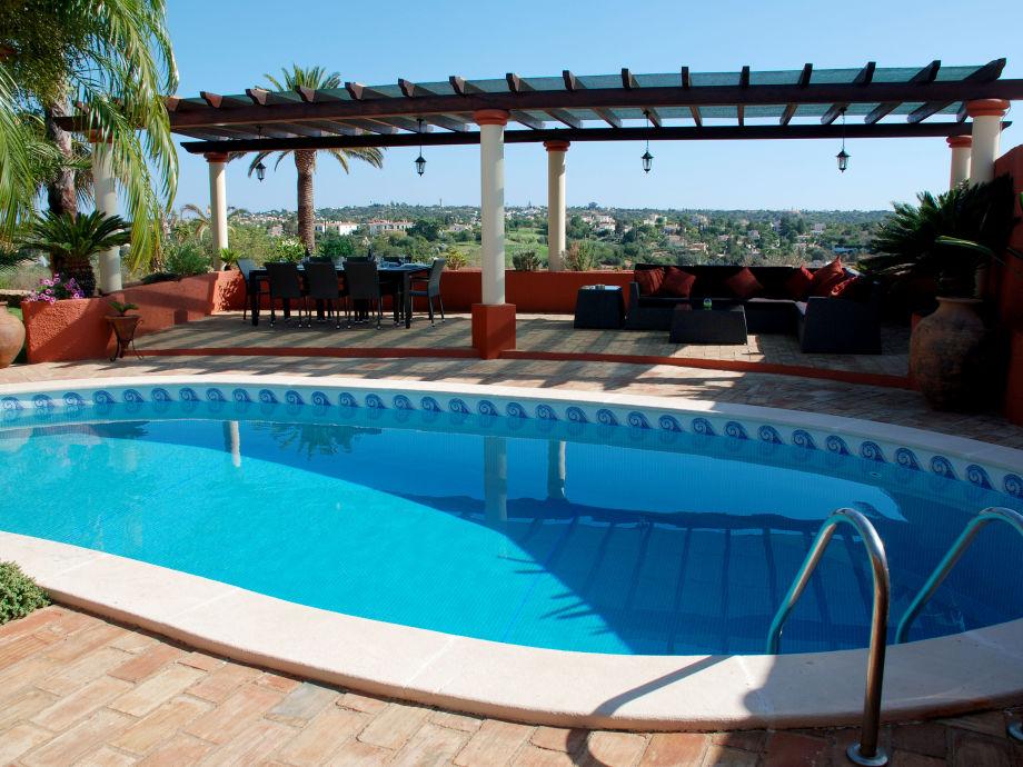 Poolbereich mit gemütlicher Sitzecke