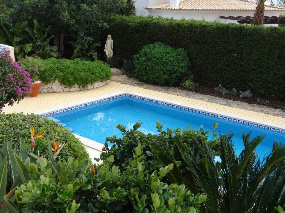 Blick von der Terrasse auf den Poolbereich