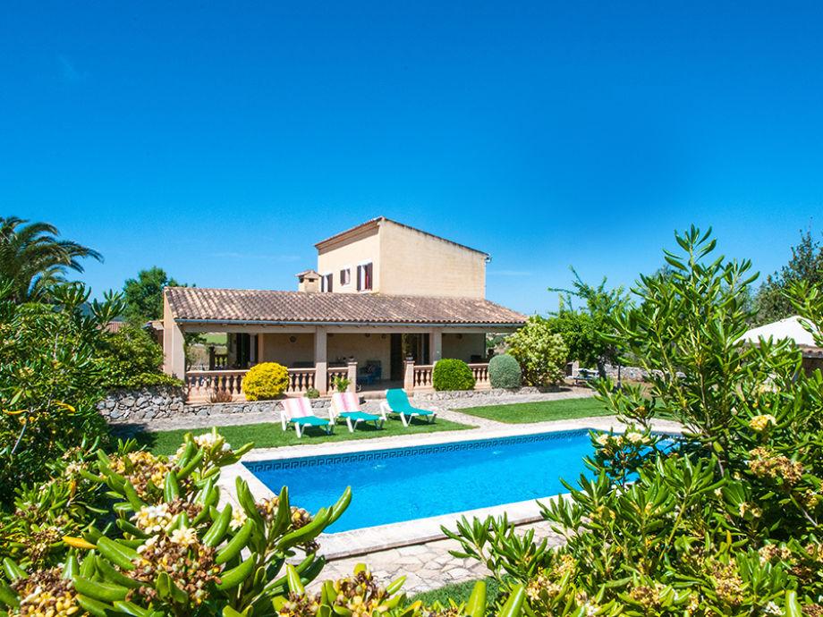 Blick auf das Ferienhaus mit Pool