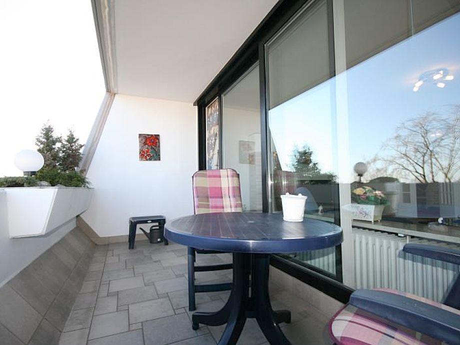 Schöner Balkon mit Gartenmöbeln