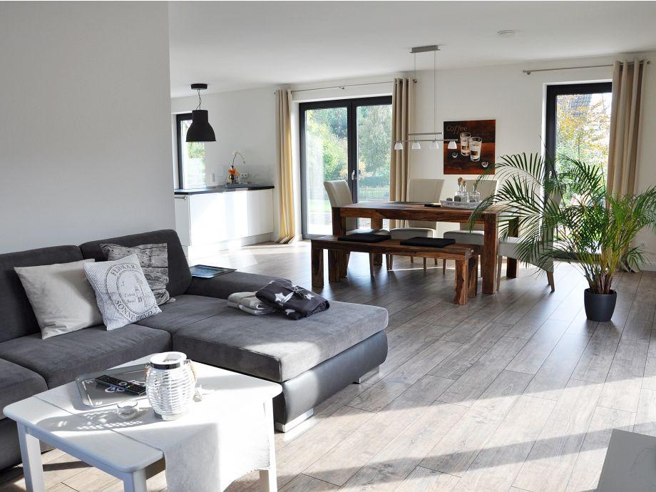 Großzügiger Wohn- und Essbereich mit offener Küche
