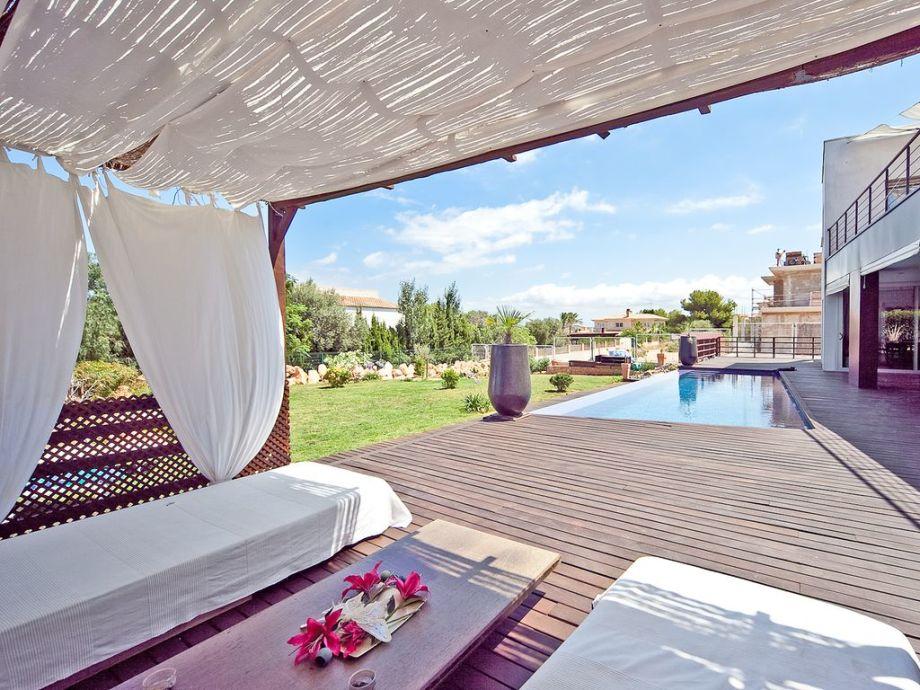 Überdachte Terrasse und Pool bei Sa Torre
