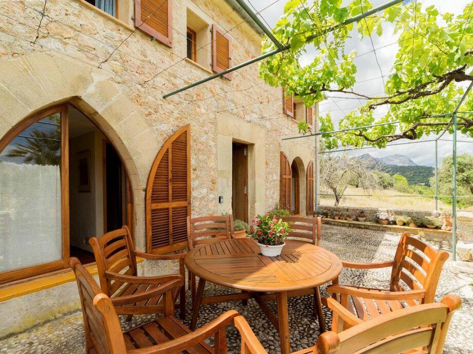 Gemütliche Naturstein-Terrasse