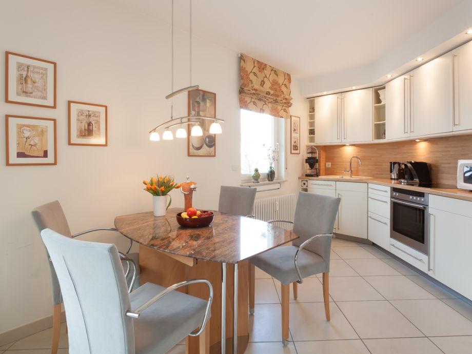 Der komfortable Eßbereich und die Küchenzeile.