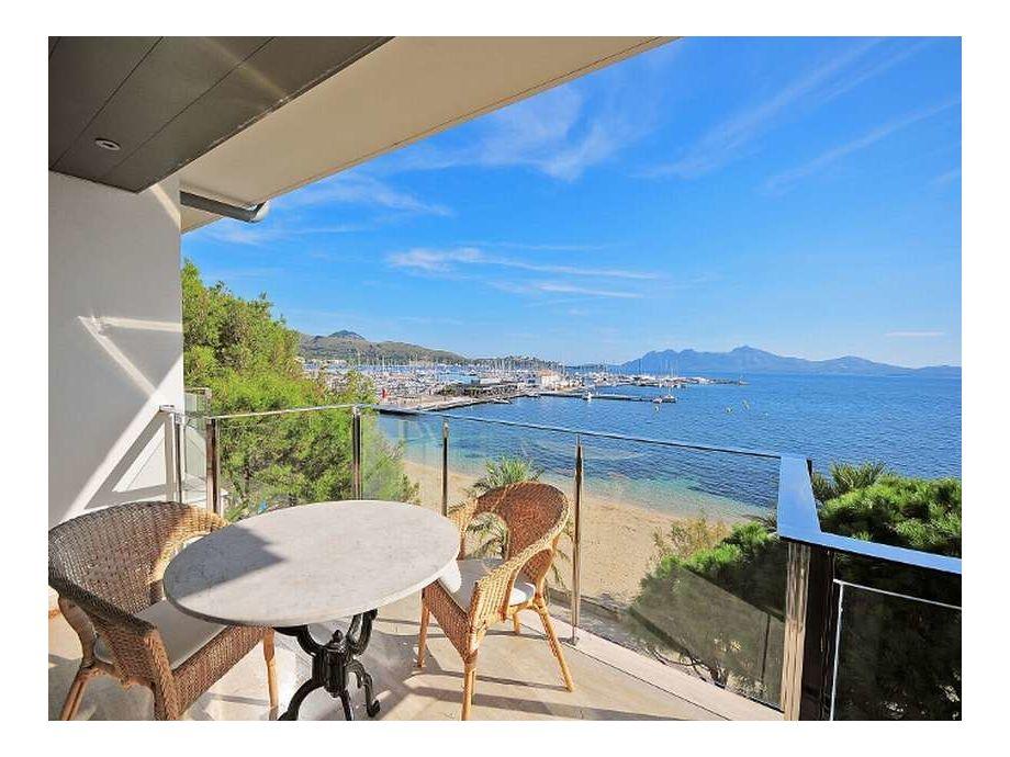 Sonnige Terrasse mit fantastischem Meerblick