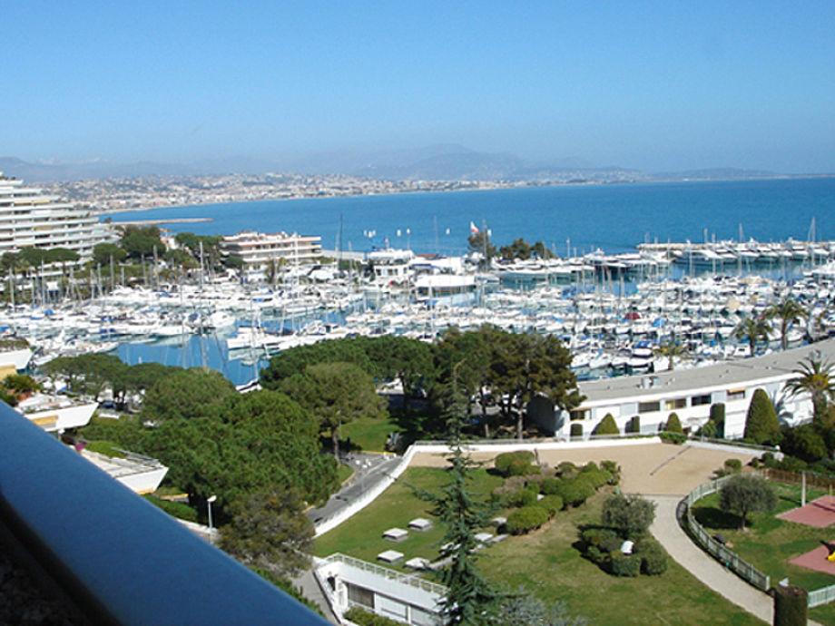 Herrliche Meersicht auf die Hafenanlage