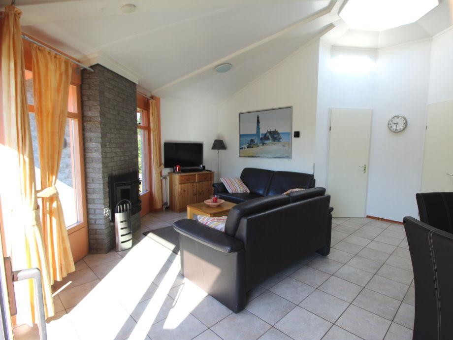 Heller Wohnbereich mit Kamin und Lichtkuppel