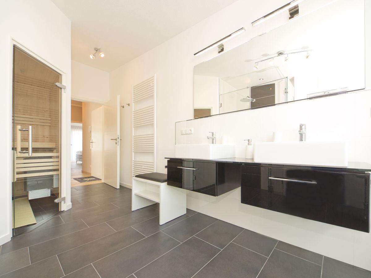 moderne badezimmer mit sauna. Black Bedroom Furniture Sets. Home Design Ideas