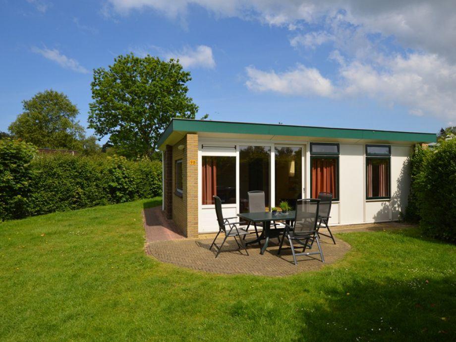 Außenansicht des Bungalow mit Terrasse und Gartenmöbel