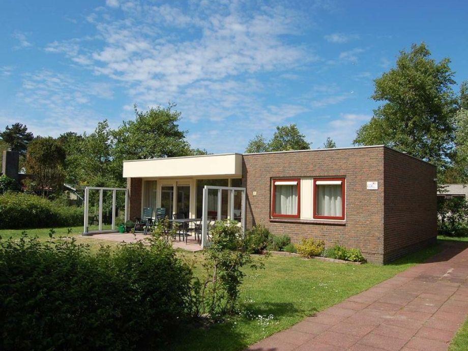Außenansicht auf die Terrasse mit Gartenmöbel