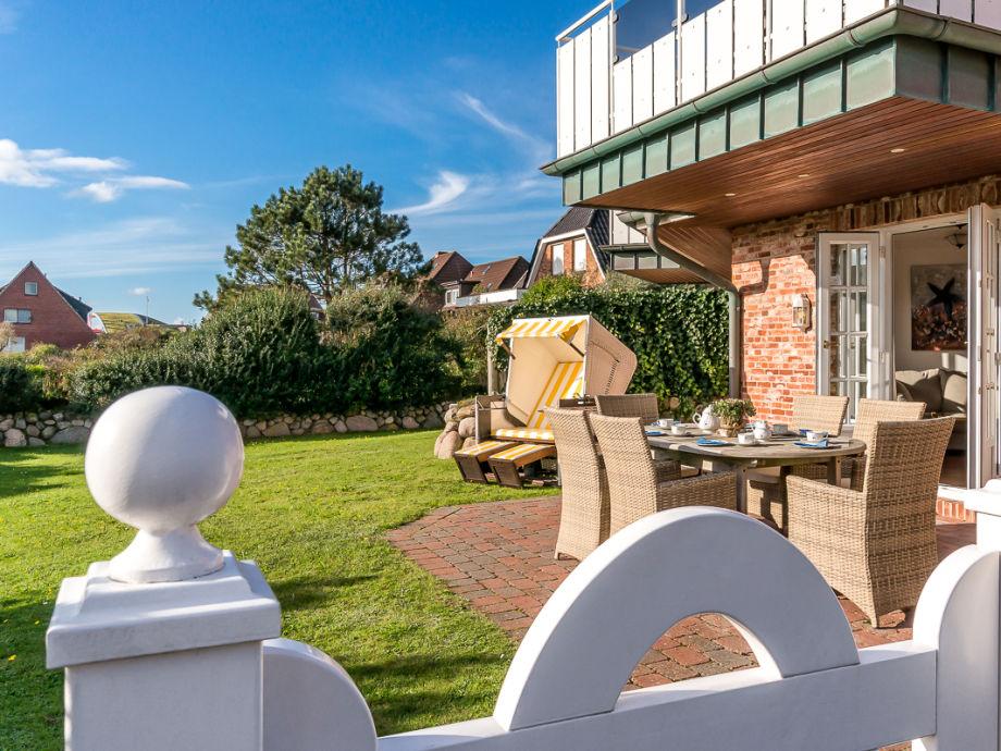 Terrasse und Garten mit Strandkorb und Gartenmöbeln