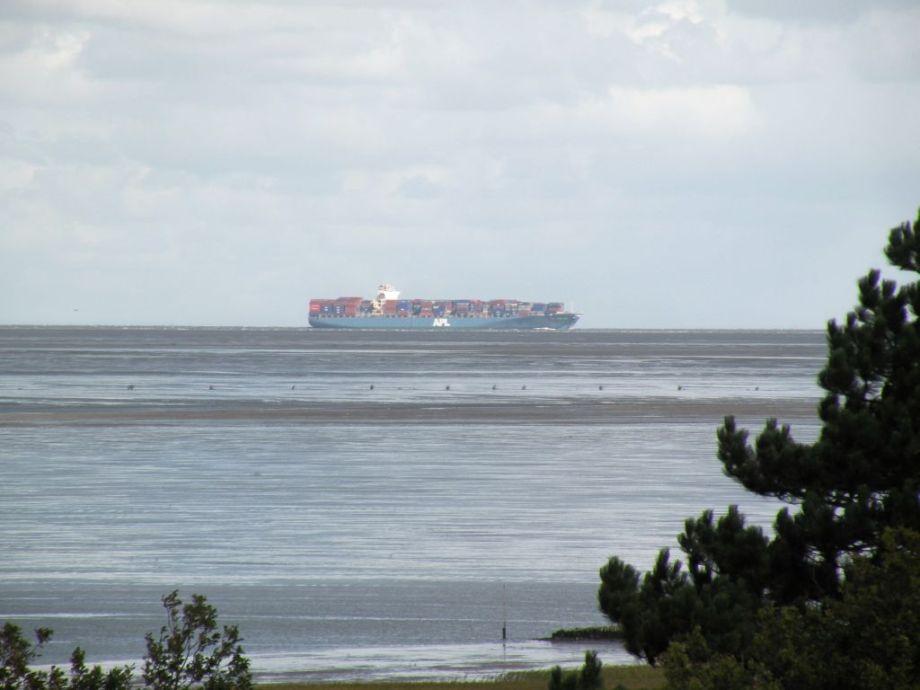 mit Blick auf den Schifffahrtsweg