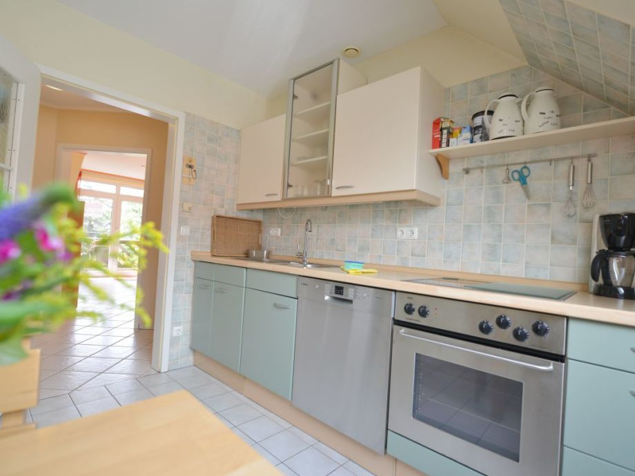 separate Küche mit Geschirrspüler und Waschmaschine