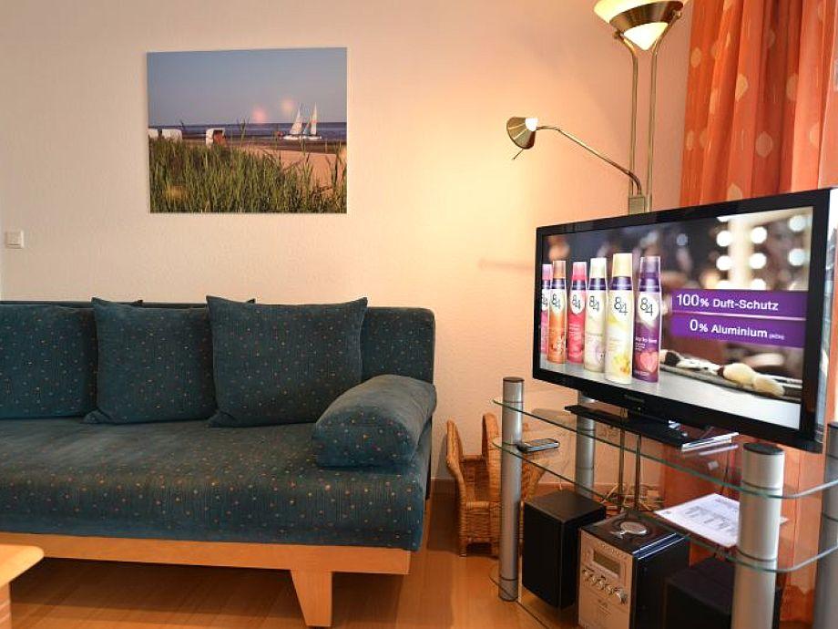 Wohnbereich mit großem Fernseher