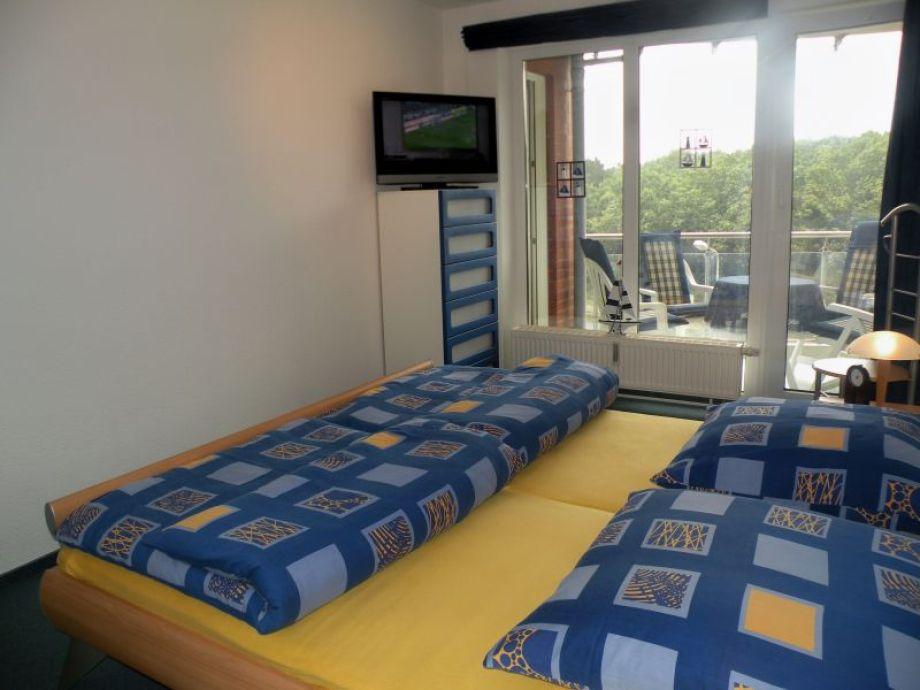 Schlafzimmer mit Doppelbett TV und W-Lan