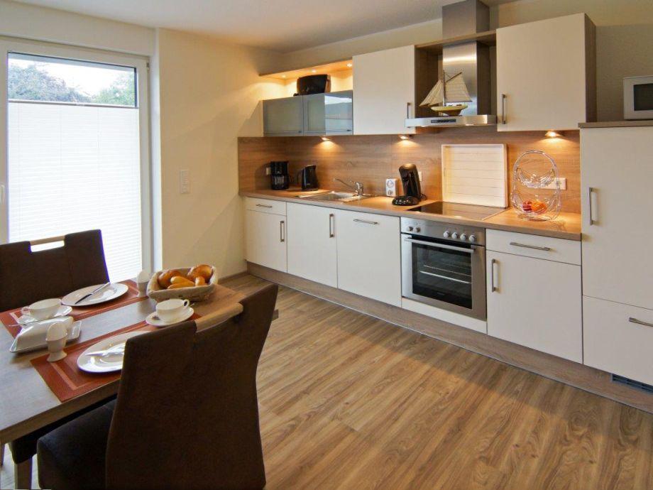 Moderne Küchengeräte und Essecke