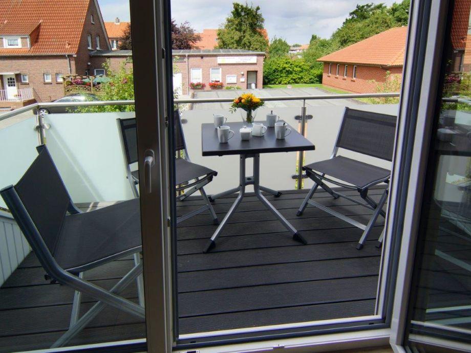 Zugang zum Balkon mit Gartenmöbeln