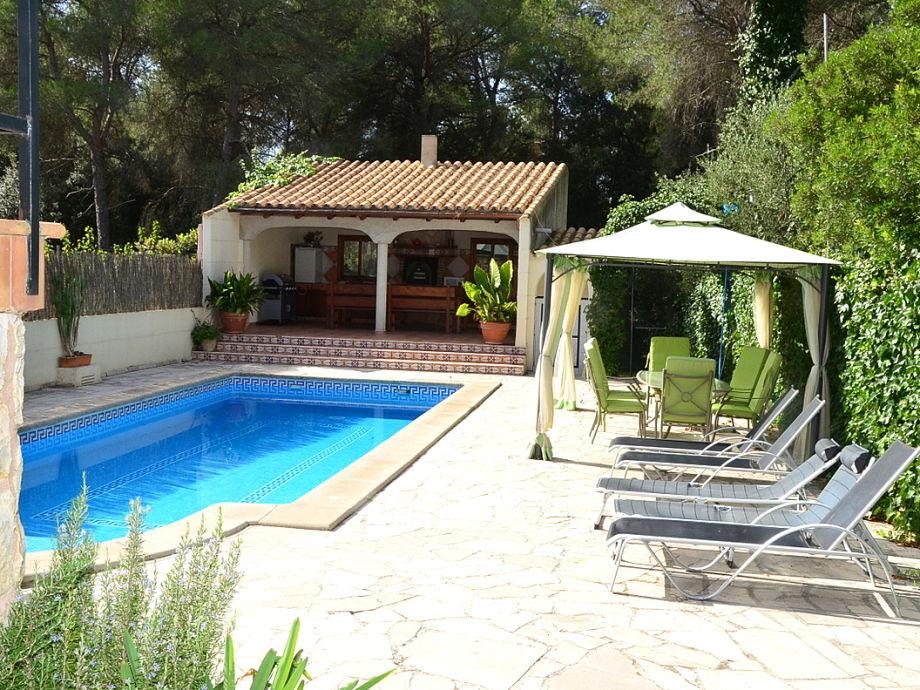 Pool und Pavillon